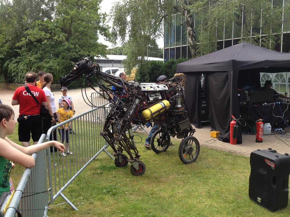 Ein ferngesteuertes Pferd in Lebensgröße. Alles ist beweglich!