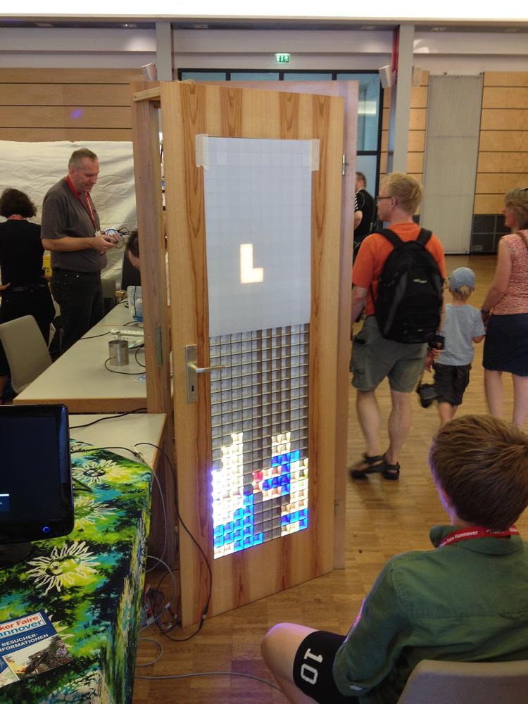 Tetris in eine Tür eingebaut